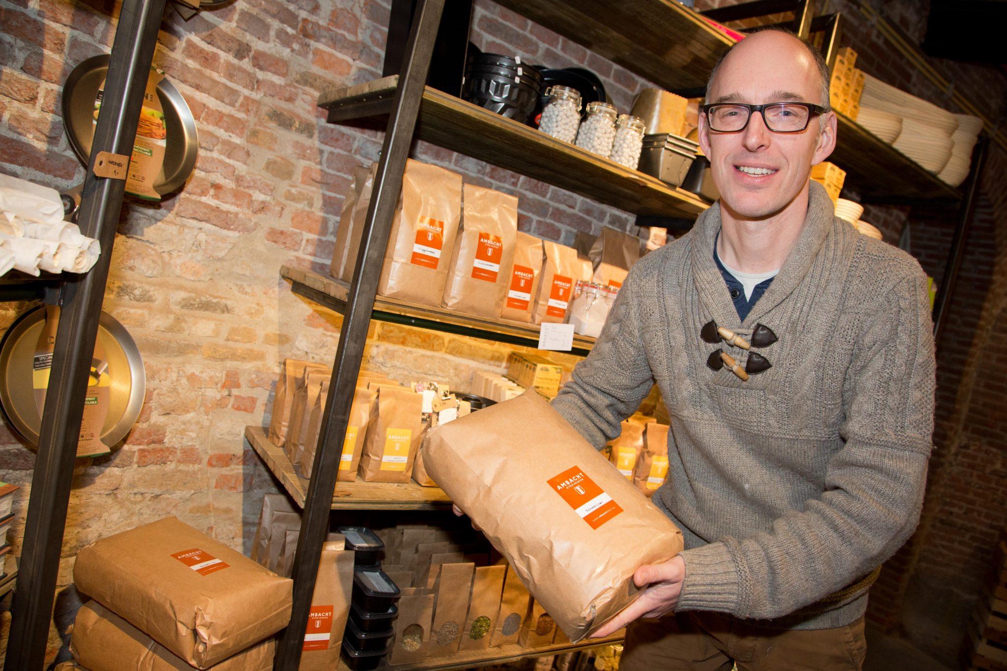 Ambacht - Gaston Badoux in zijn winkel