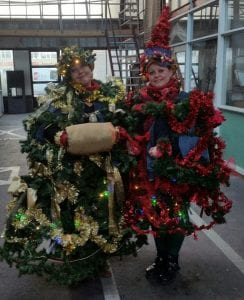 De stadsclown van Delft kreeg een kerstoutfit aangemeten door Wendy