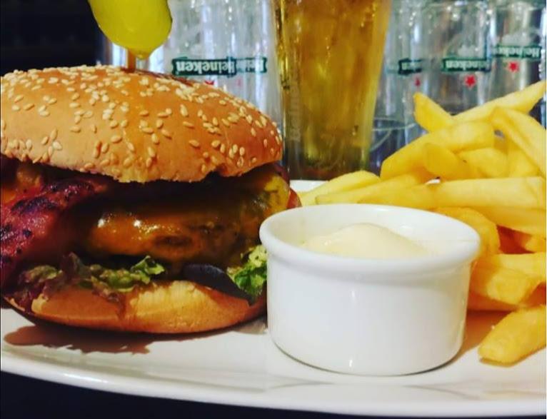 hamburger friet tierney's irish pub