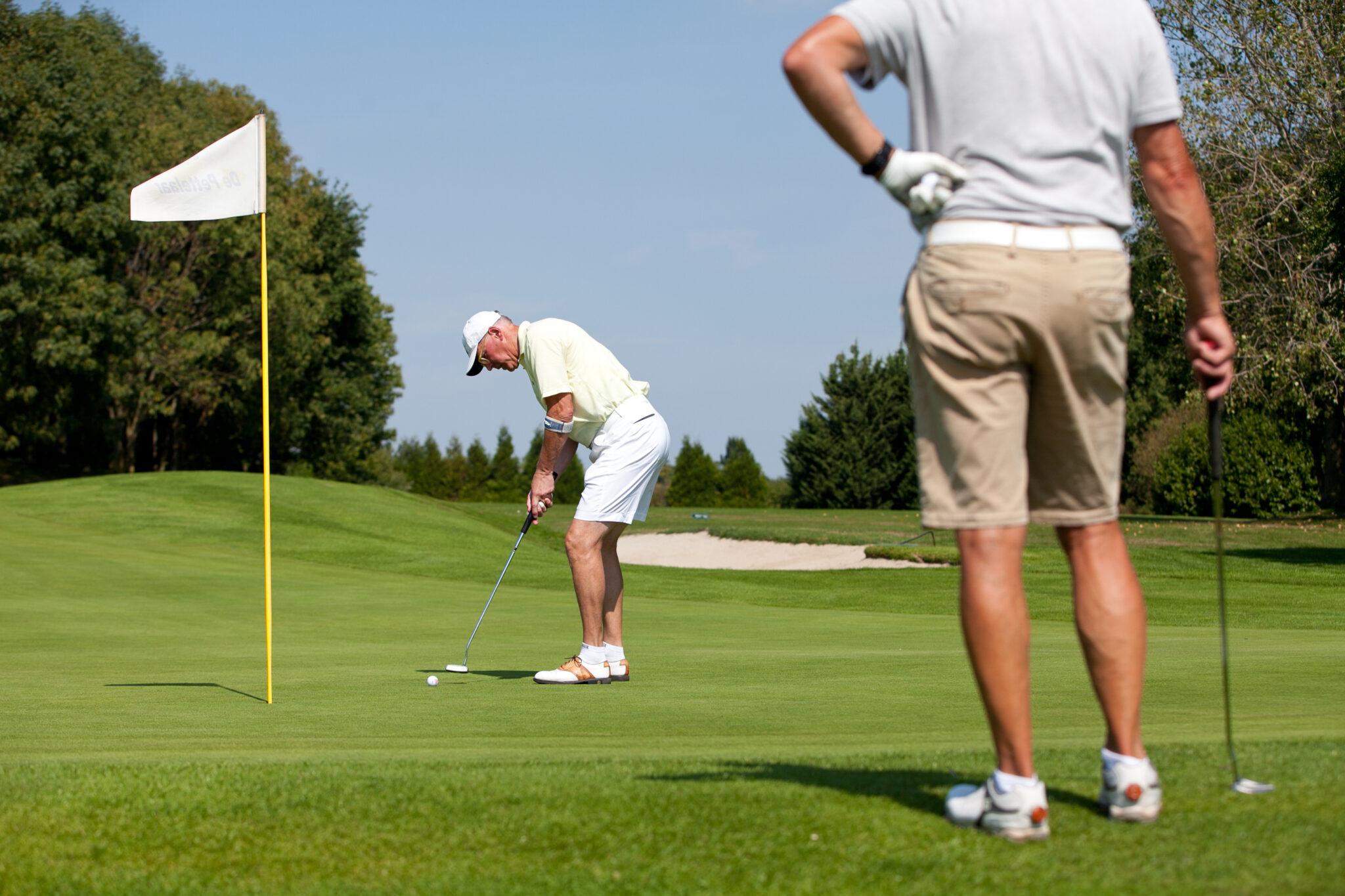Golf: dat is bij uitstek een sport om te beoefenen in de anderhalvemetersamenleving. Bij golf kun je namelijk afstand houden, plezier maken en sportief bezig zijn. Drie vliegen in één klap dus. Altijd al willen weten of deze sport ook iets voor jou is? Kom ook golfen en start met de speciale introductiecursus bij Golf Parc de Pettelaar.