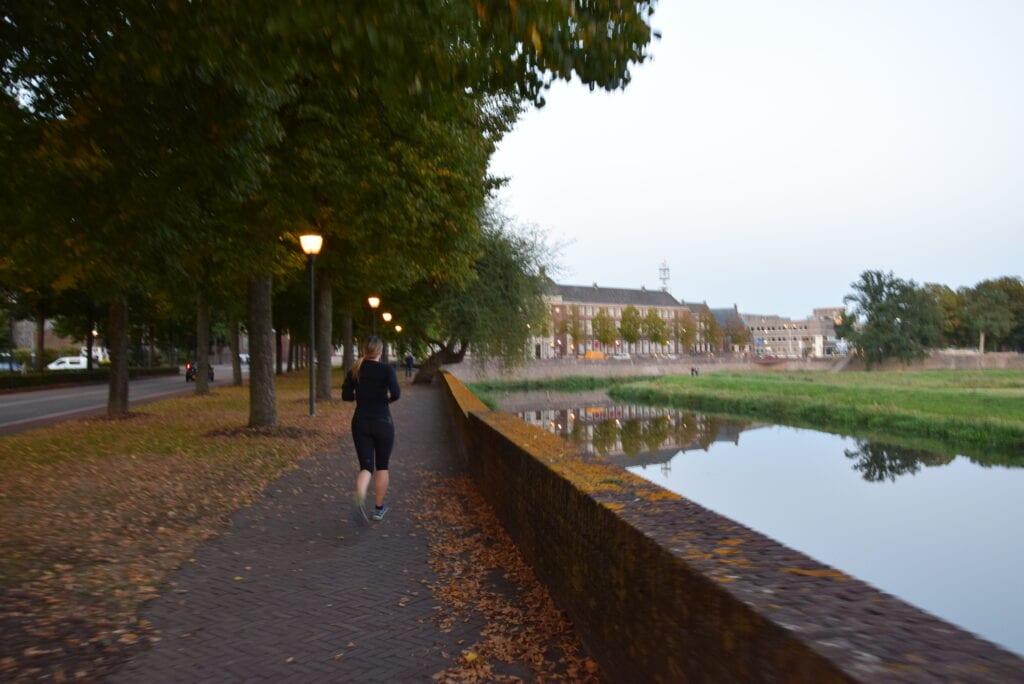 Een hardloopster in Den Bosch