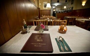 'Het' tafeltje nummer 6 waaraan Rutte en Smasom hebben zitten tafelen voor en tijdens de onderhandelingen bij restaurant Soeboer . Foto Guus Schoonwille AD