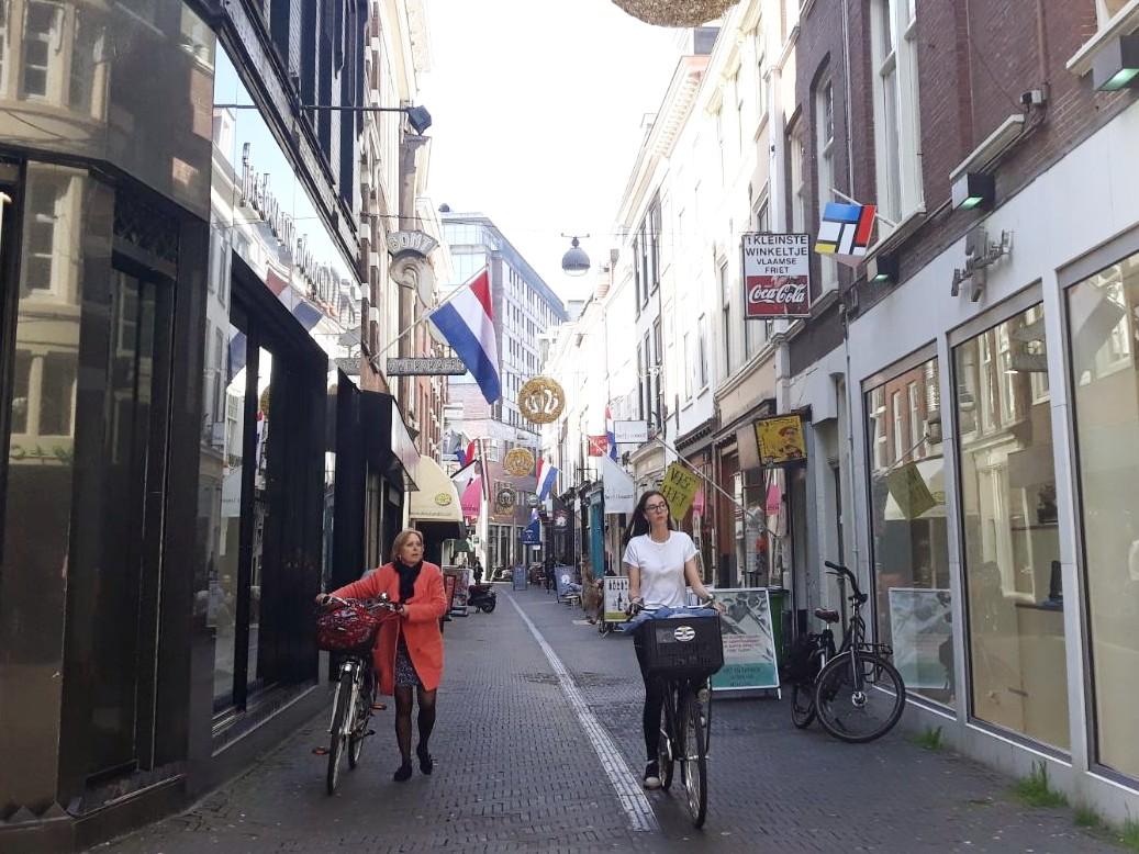 Papestraat, Den Haag. Vlaggen en kroontjes