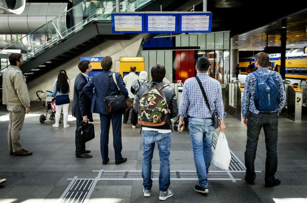 Treinreizigers op Den Haag Centraal Station. Foto ANP