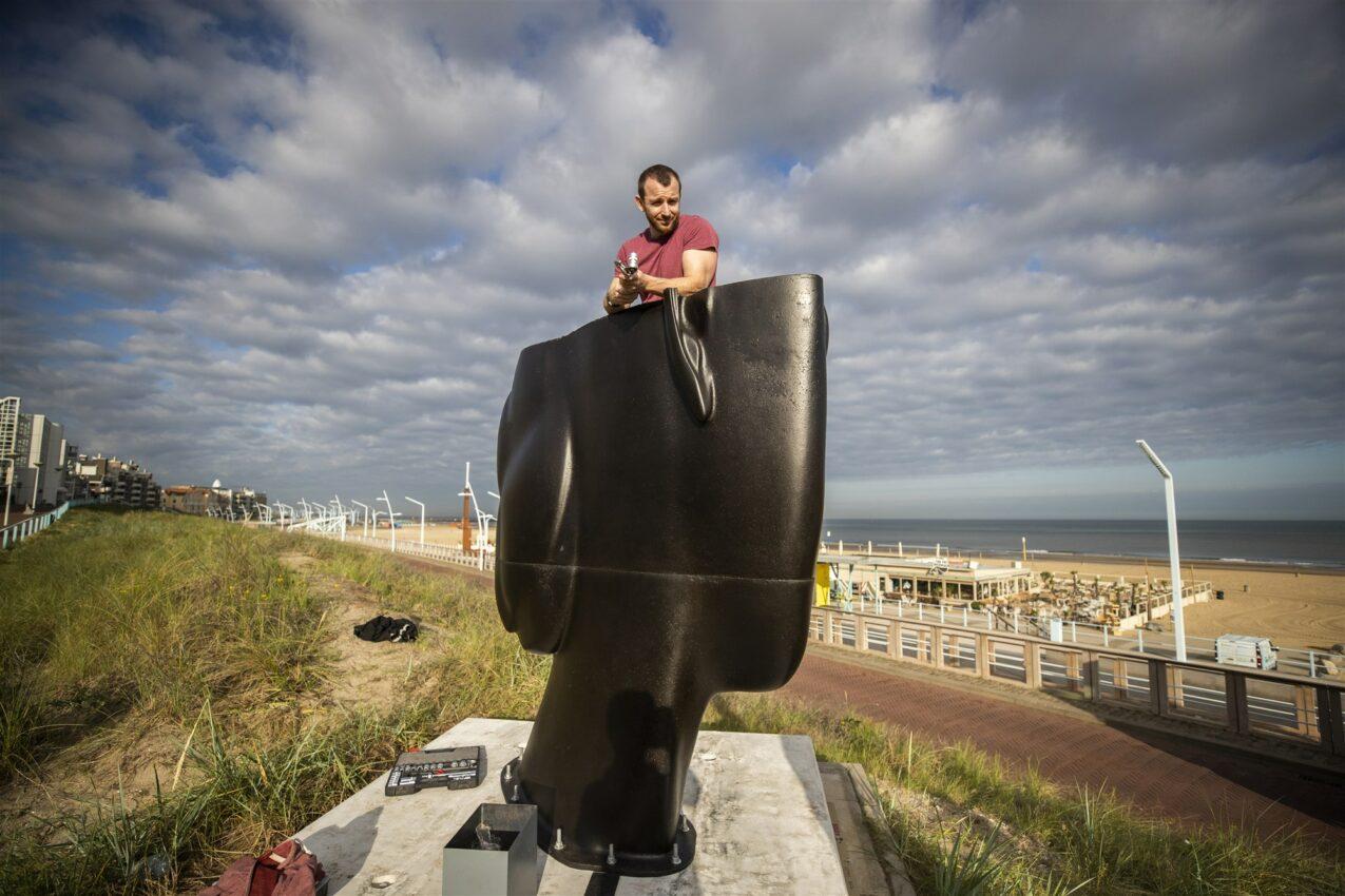 Een van de twee 4,5 meter hoge gietijzeren sculpturen, van de Spaanse kunstenaar Jaume Plensa, wordt geplaatst op de boulevard van Scheveningen. ANP JEROEN JUMELET