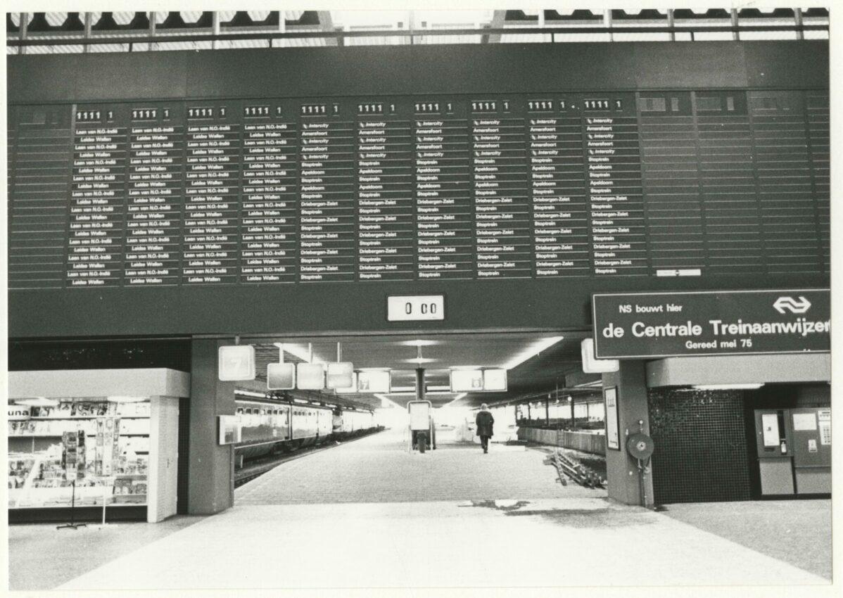 Deze afbeelding heeft een leeg alt-attribuut; de bestandsnaam is 1975-koningin-julianaplein-station-den-haag-centraal-de-centrale-treinaanwijzer-in-aanbouw-robert-scheers-e1566218314597.jpg