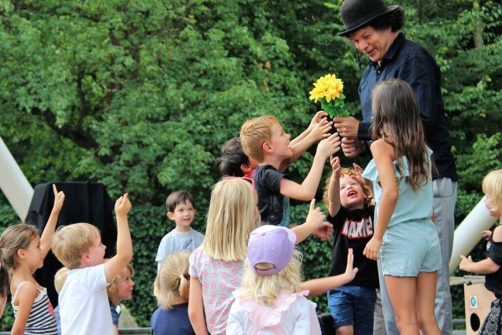 Zuiderparktheater juli 2020 - hoofdfoto - kinderen-bloem