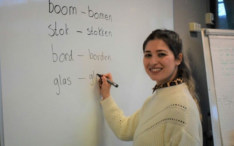 Pinar geeft Nederlandse les bij Buro Holland