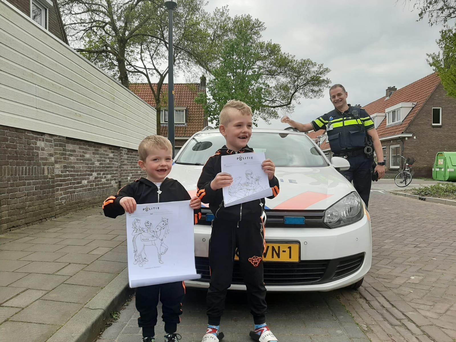 Politie Deventer deelt kleurplaten uit
