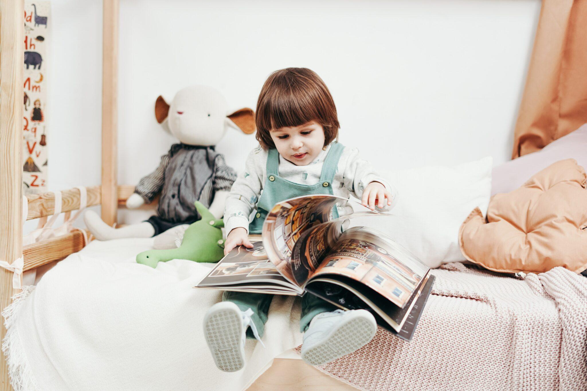 Meisje met boek Pexels