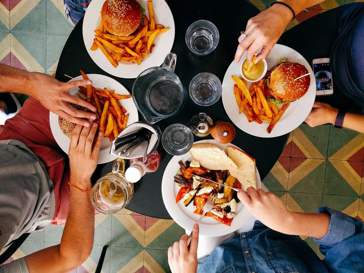 uit-eten-vrienden-goedkoop-hamburger-restaurant-unsplash