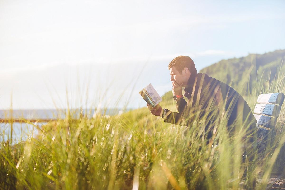 achterhoekse-woorden-man-lezen-boek-unsplash