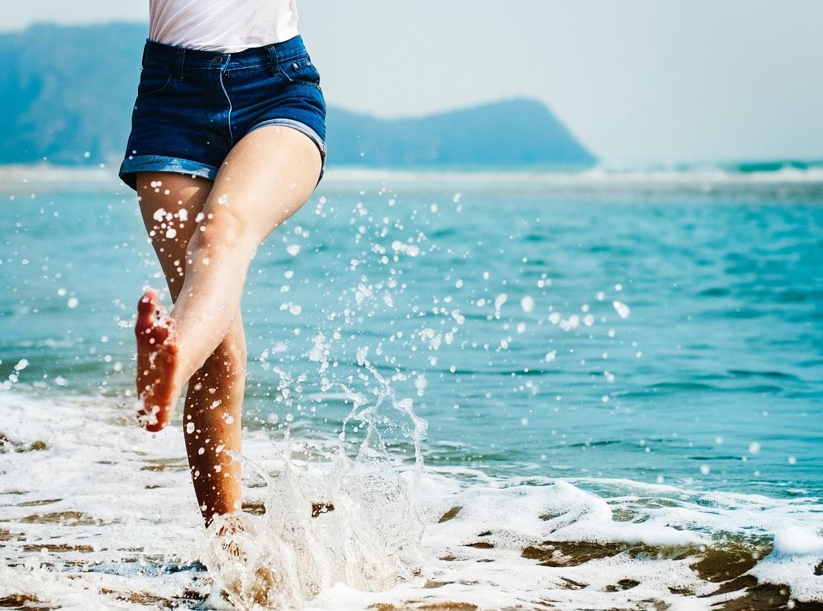 benen-strand-zee-spetters-water-ontharen-unsplash