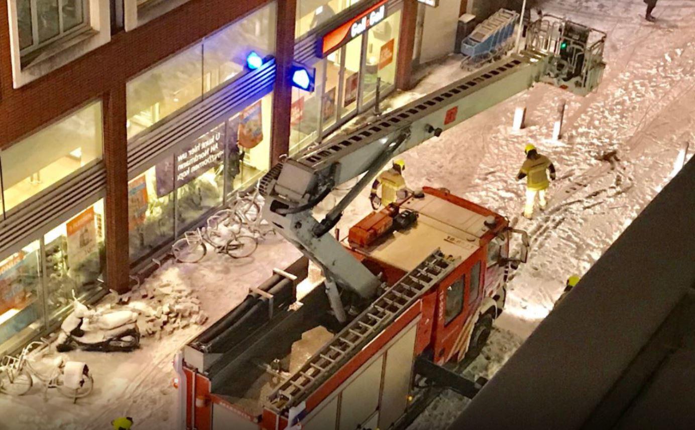 Kerstverlichting gevallen brandweer Achterom