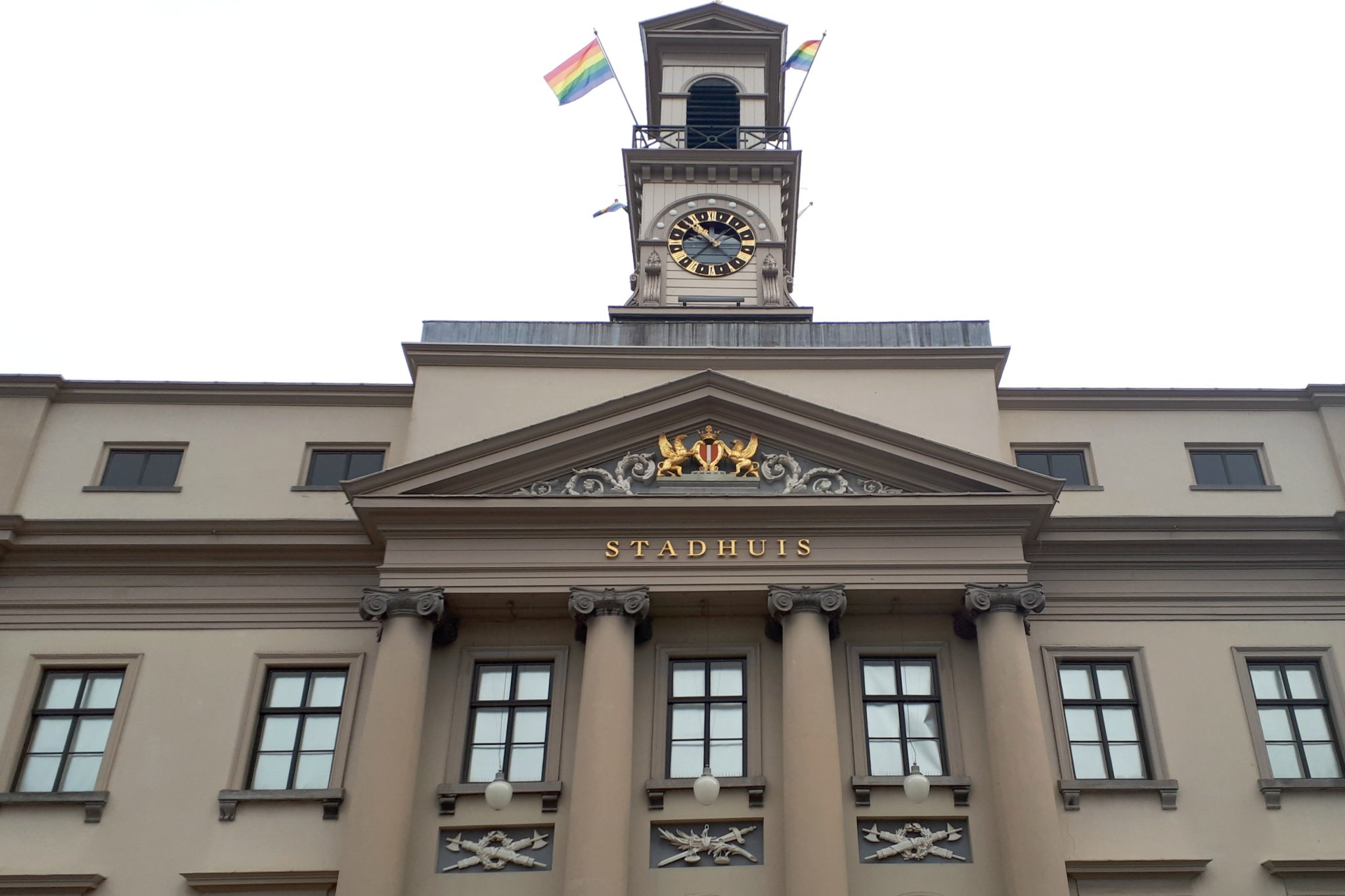 Regenboogvlaggen Coming Out Day Dordrecht Stadhuis - indebuurt Dordrecht