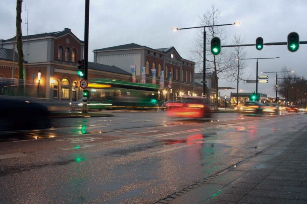 Stoplicht verkeerslicht rood groen station avond schemer Burgemeester de Raadtsingel snel rijden IDBstock
