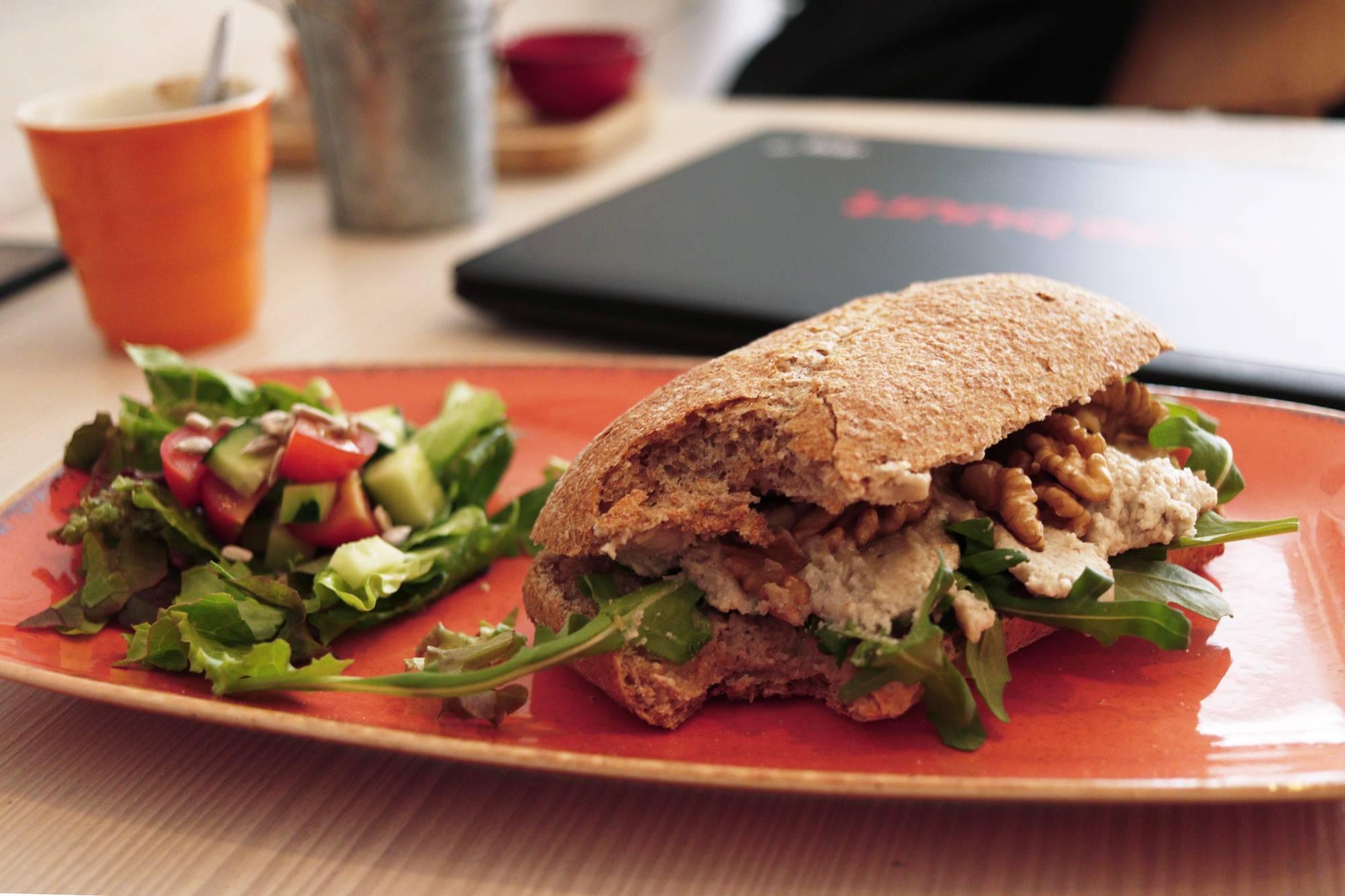 Eten bij Daantje Food & Drinks veganistische broodje cashewkaas roomkaas cream cheese