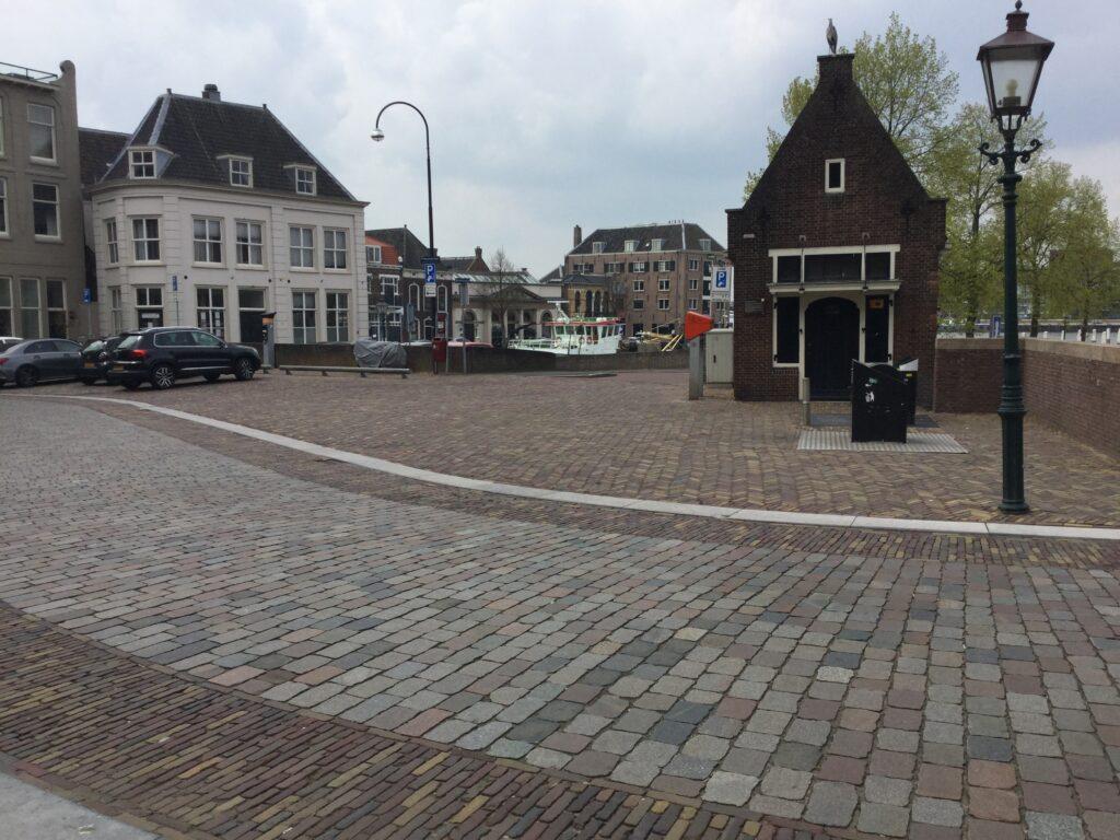 De Prinsenstraat met parkeerplekken anno 2020. Op de plek van de woning van de familie Dicke is nooit meer gebouwd.