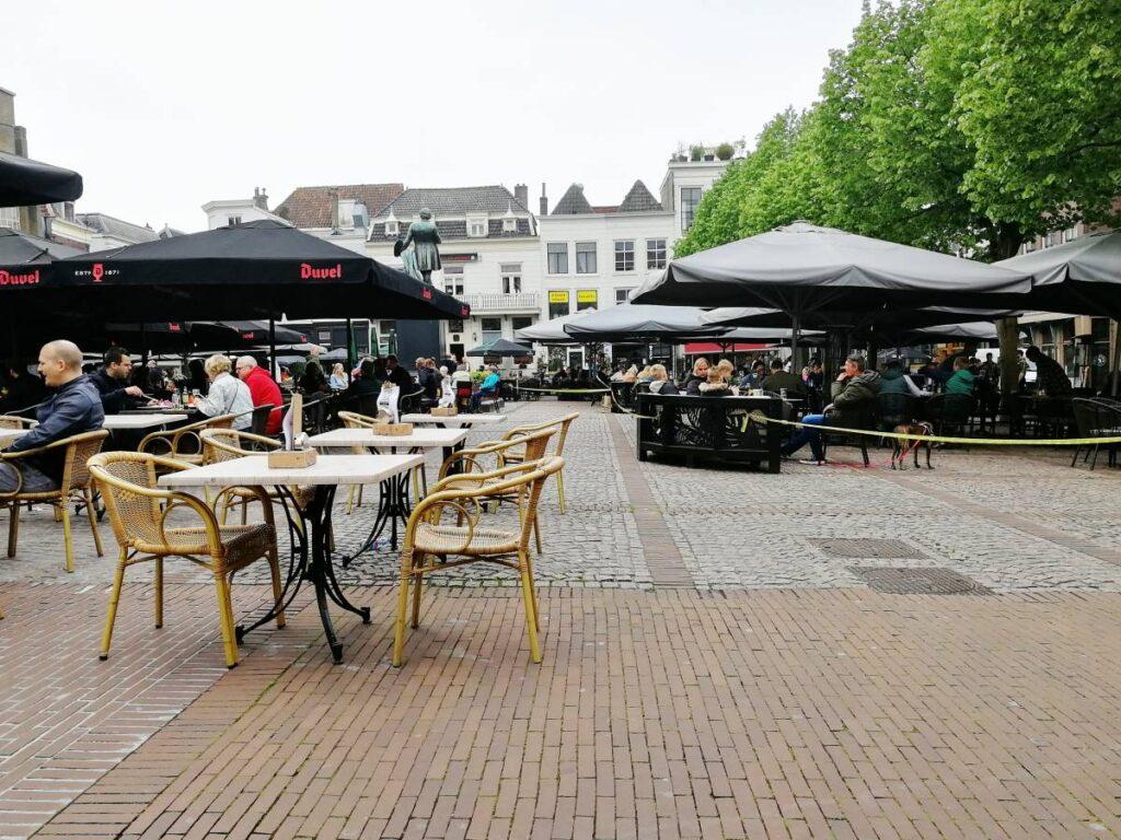 Terras terrassen corona 2021 Scheffersplein De Beren Osteria-bar Luca Stadscafé Rijke lente weekend