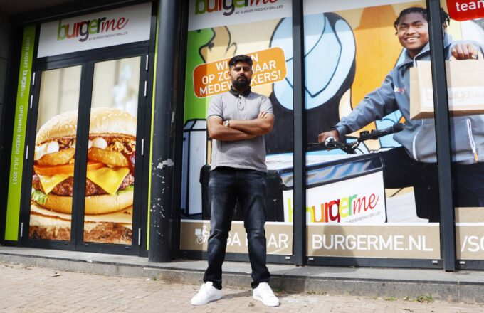 Burgerme Dordrecht Waqas Sardar in Winkelcentrum Sterrenburg hamburgers op maat zelf samenstellen