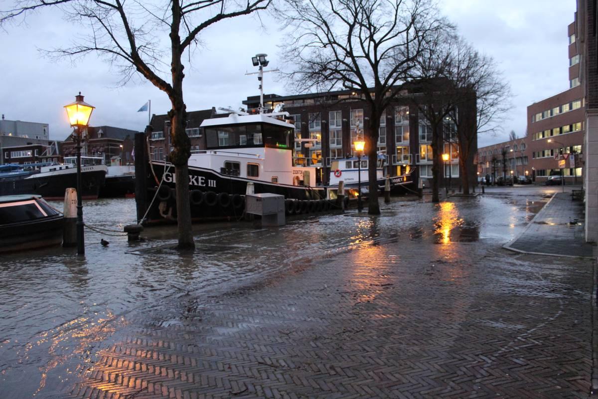 Hoogwater Dordrecht overstroming kade