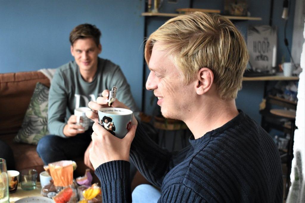 chris doopt stroopwafel in koffie