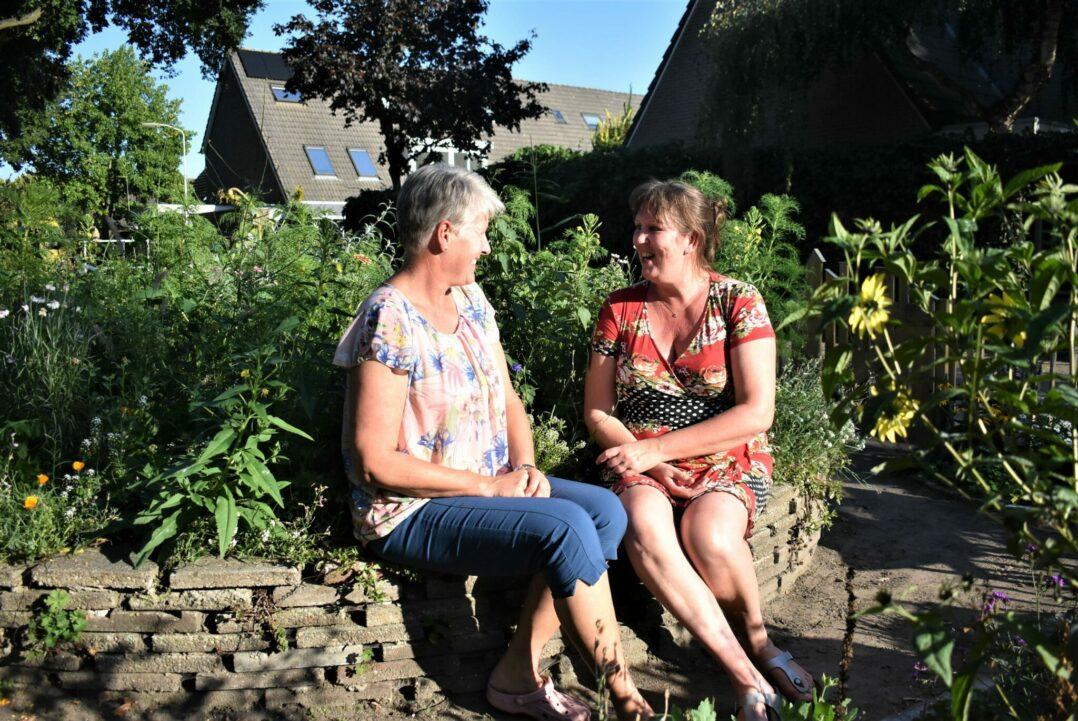 Ellen en Diana in de buurttuin
