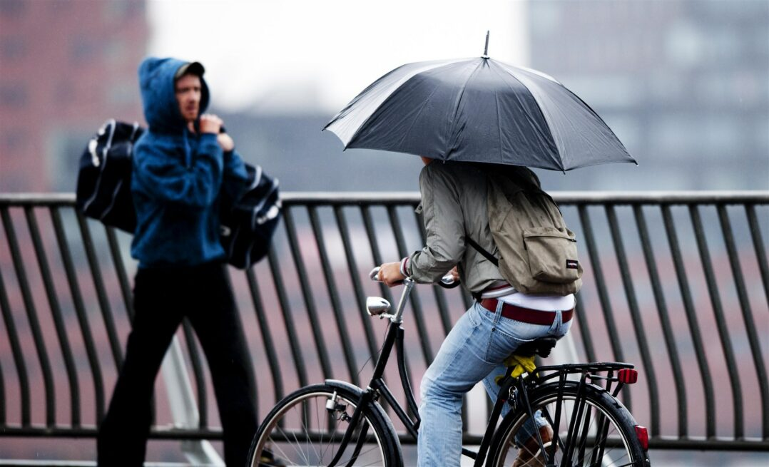 Een fietser met paraplu