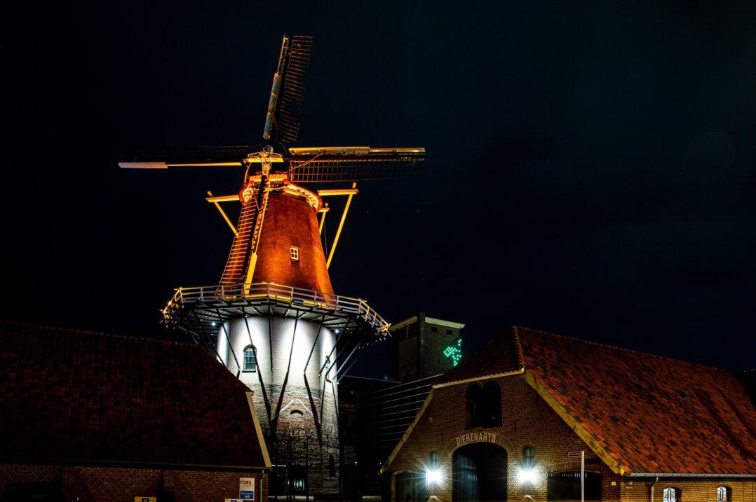 De Concordiamolen in het oranje licht