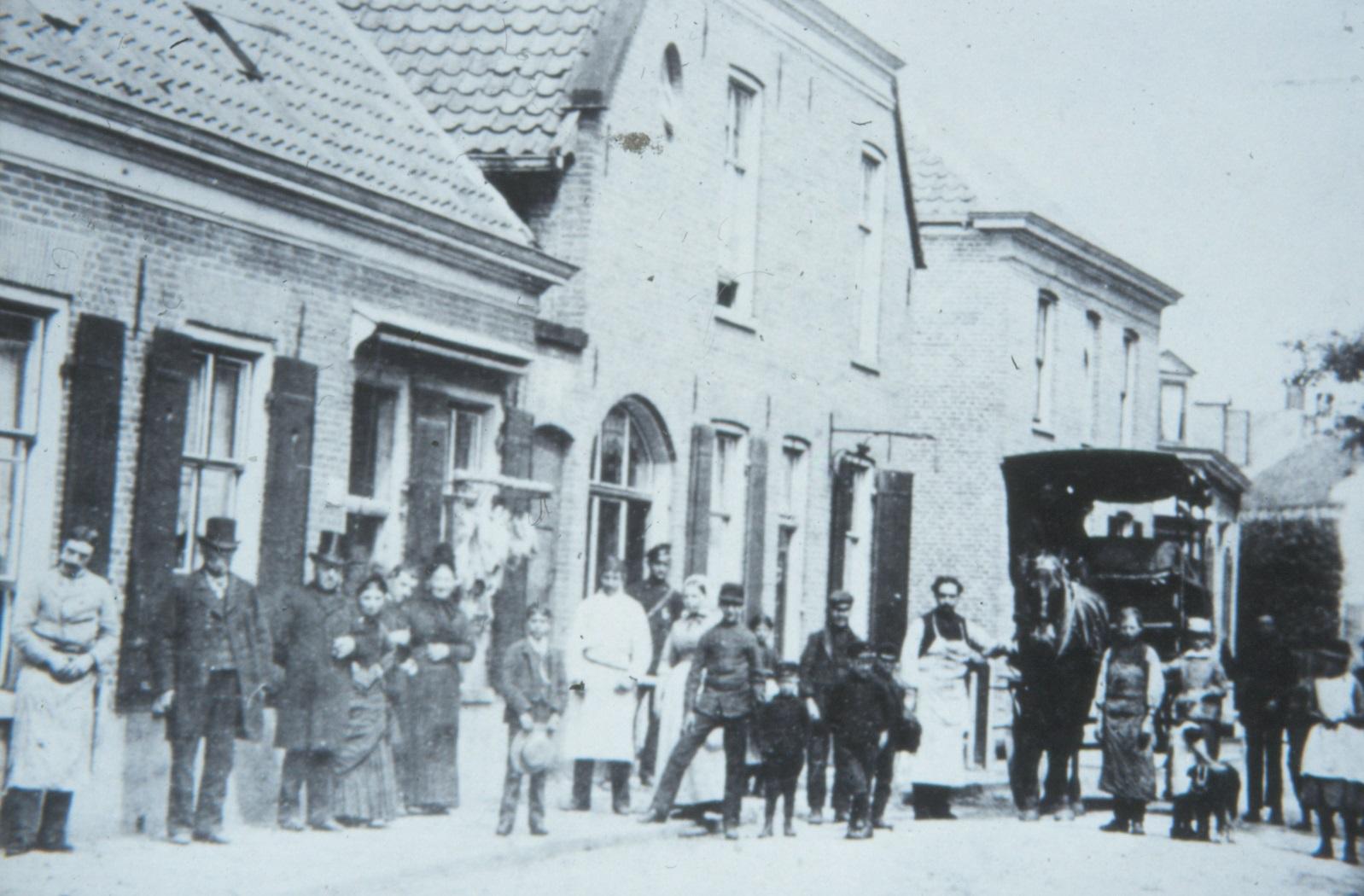 Een aantal Edenaren voor de slagerij van Levie