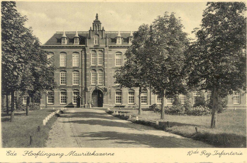 De hoofdingang van de Mauritskazerne aan de Stationsweg in Ede