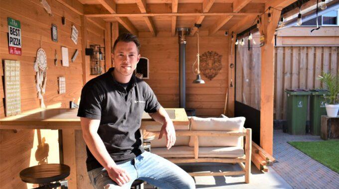 Tim in de veranda in zijn eigen tuin