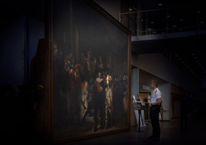 Bewaker Donny Kok bij replica van de Nachtwacht in het Catharina Ziekenhuis. Foto: Catharina Ziekenhuis