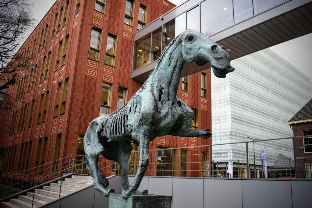 Bronzen griezelige paard
