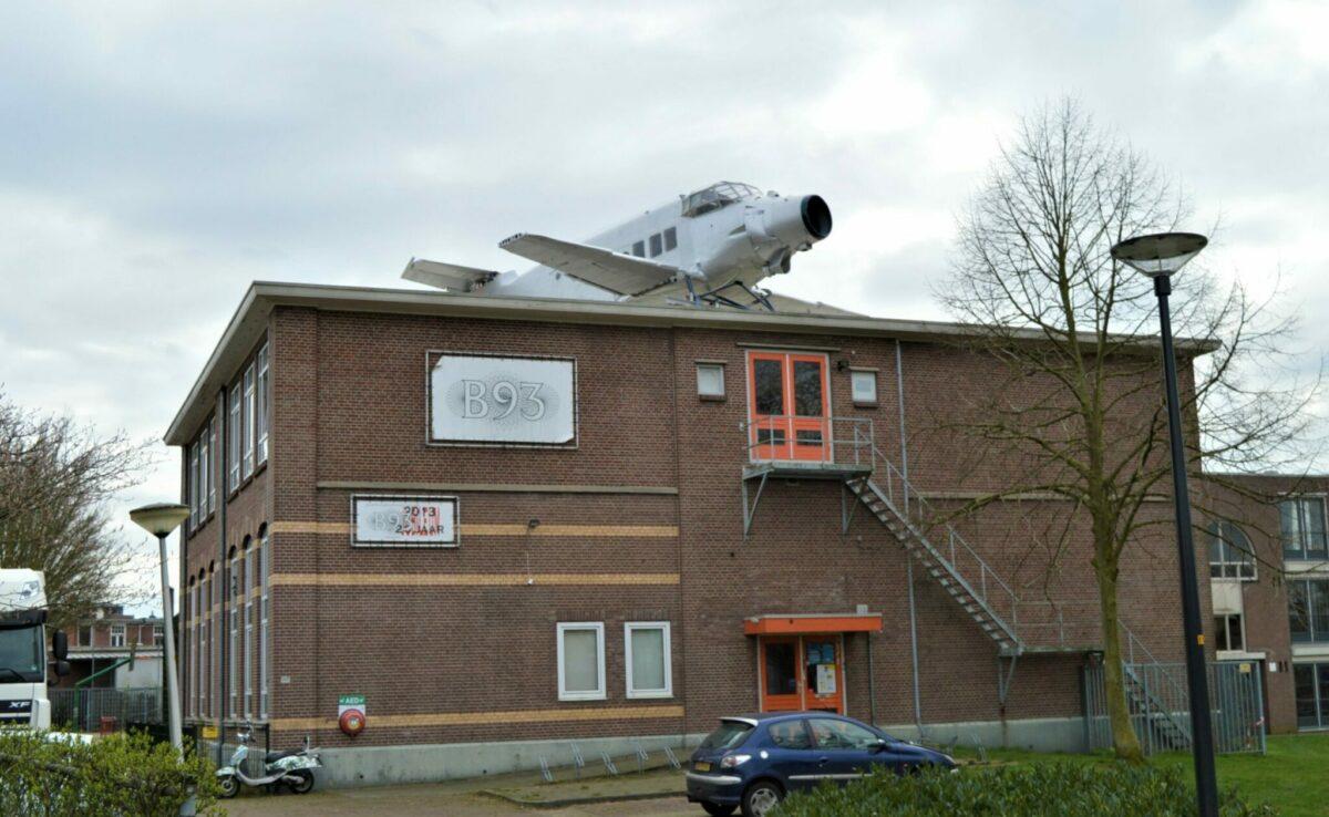 vliegtuig op dak
