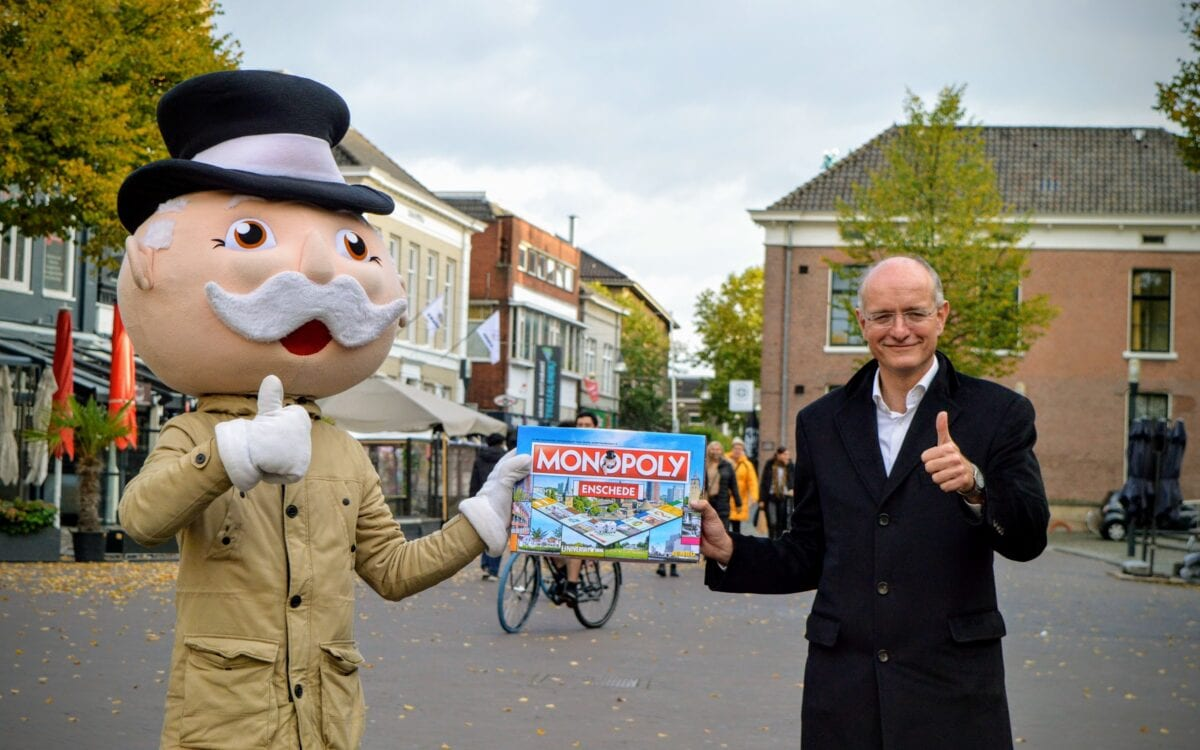 Monopoly Enschede overhandigen burgemeester