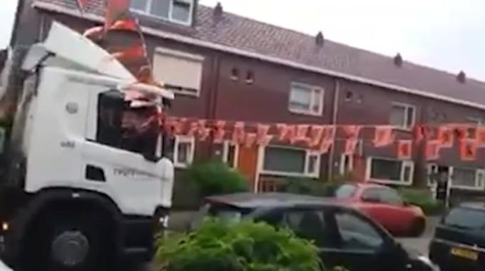 screenshot vuilniswagen oranjeversiering oranjestraat