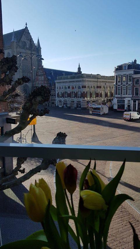 Uitzicht op de Grote Markt vanaf de Zijlstraat door Femke