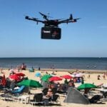 Domino's bezorgt pizza via drone op strand Zandvoort