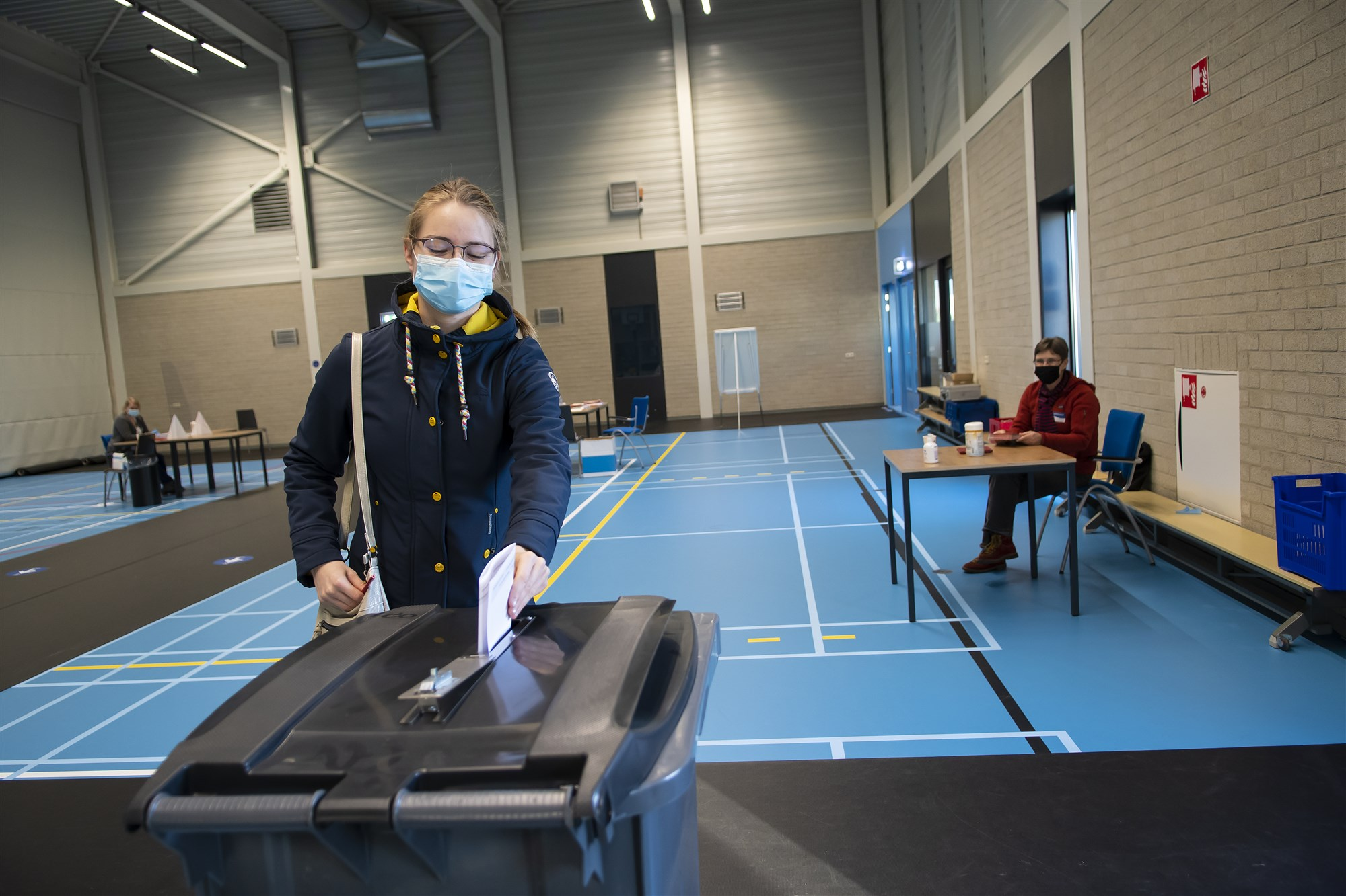 ANP-425284569 verkiezing in coronatijd stemmen stembureau