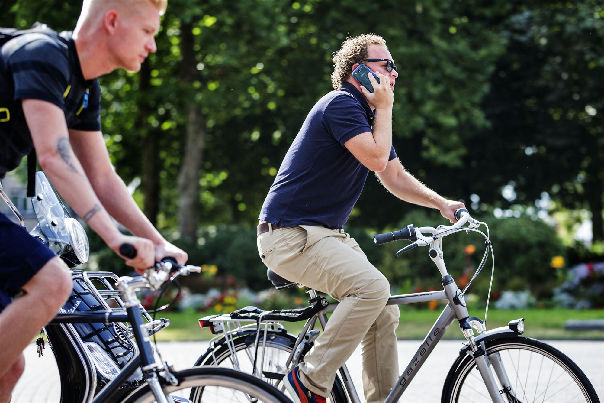 ANP-324205968 bellen op de fiets