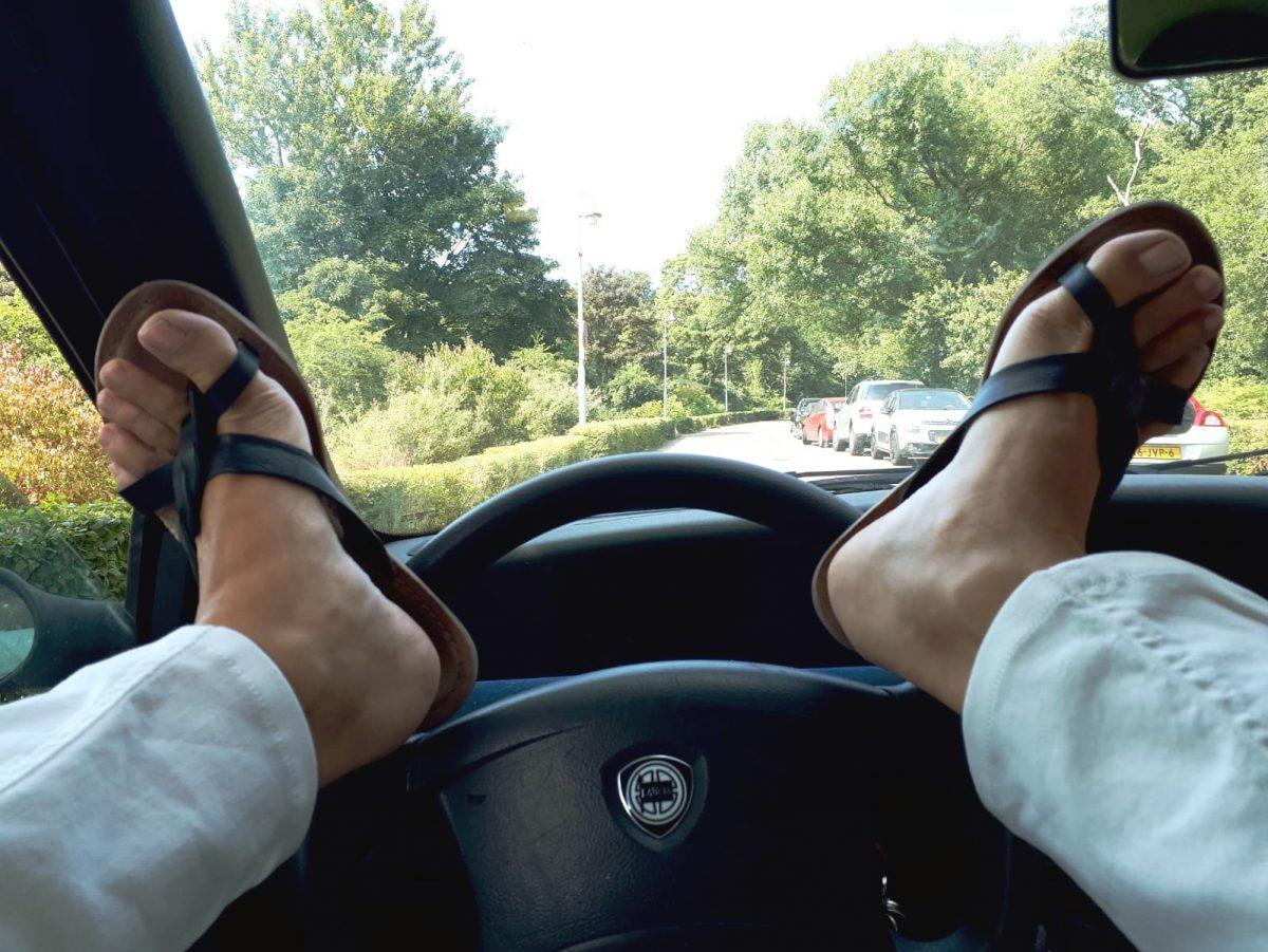 met slippers autorijden