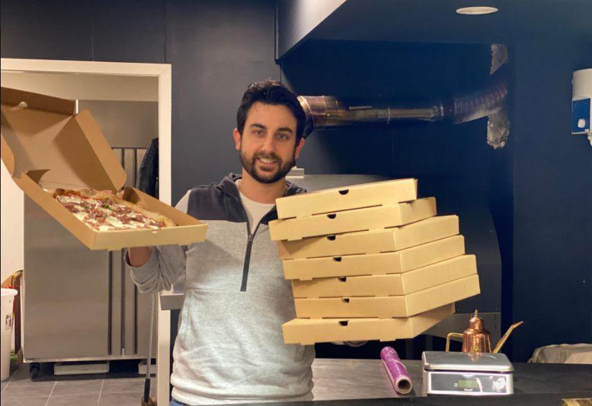 ronde pizza in vierkante doos