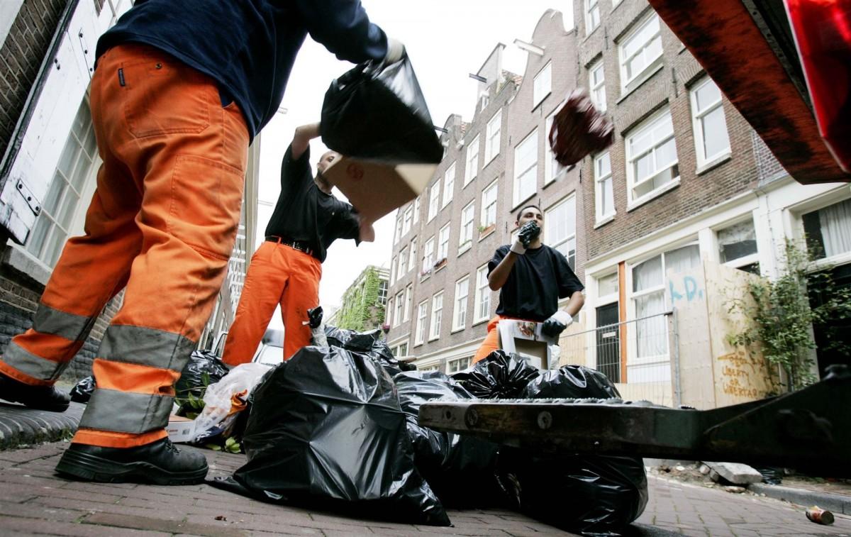 MAG DAT: je afval naast de wijkcontainer zetten als die vol is? - indebuurt