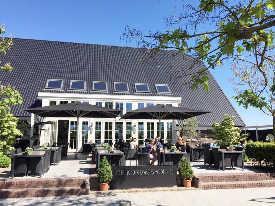 Het terras van de Koningshoeven in Klaaswaal. Foto: Koningshoeve