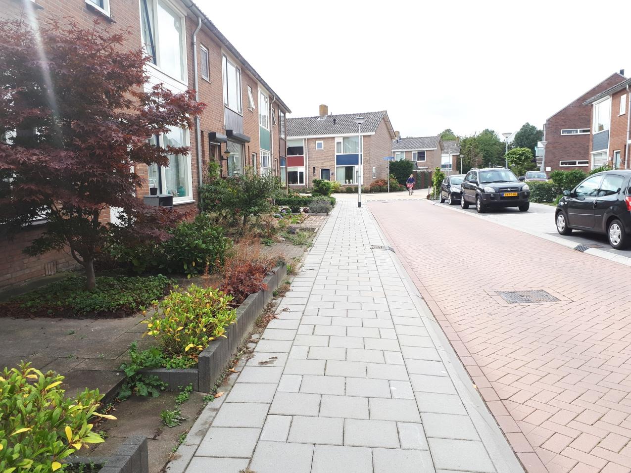 huurhuis-parkeren-in-voortuin-parkeerplaats-straat-huizen-woningen-woonwijk