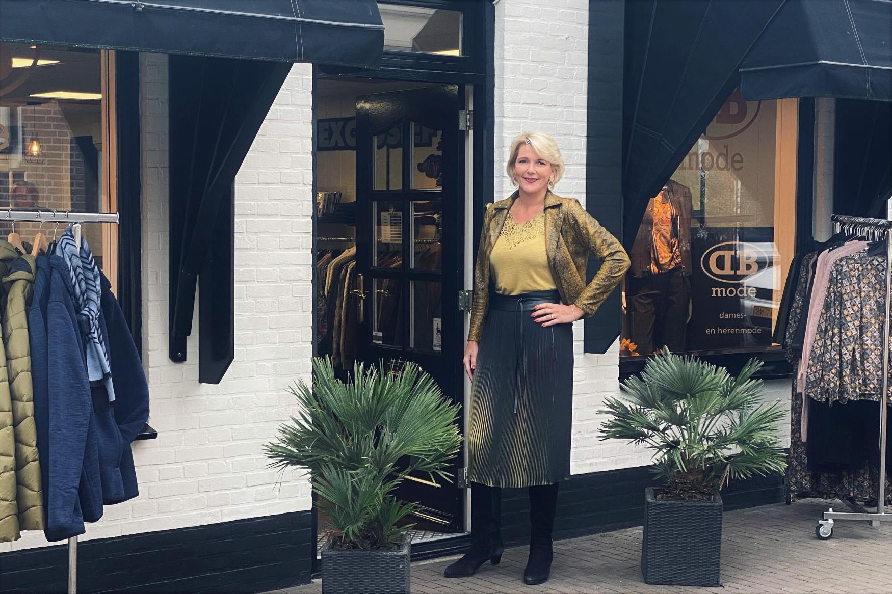 DB Mode oktober 2020 01 - Daniëlle voor de winkel