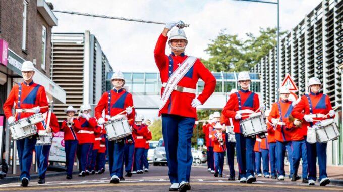 Showkorps Juliana optreden op straat