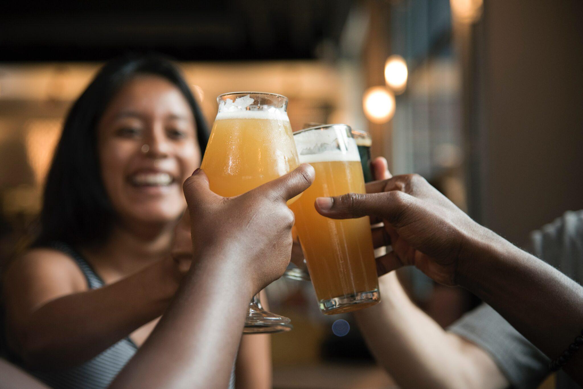vriendengroep bier drinken vrienden weekend