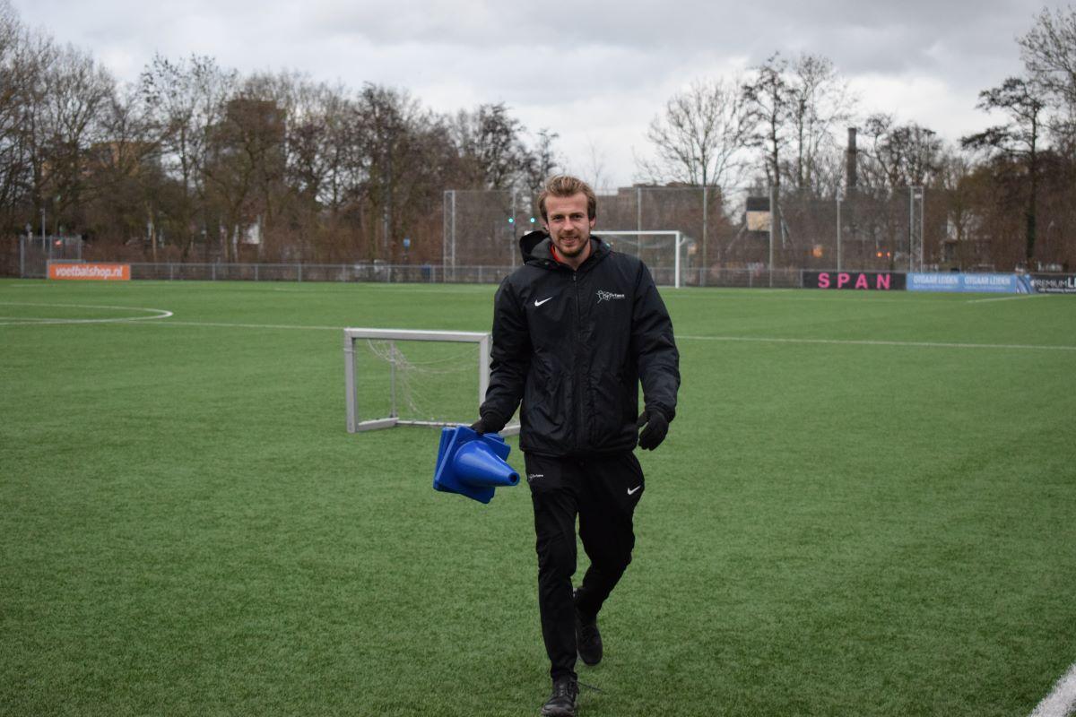 Sportanen Niels voetbalveld pionnen